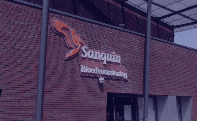 Het sanquin donor service center bij quality contacts, met de naam op de gevel