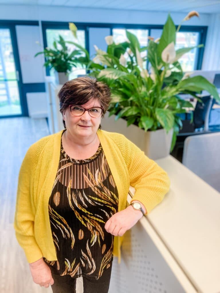 Medewerker van Quality contacts naast een kast - Rita Hanenkamp Quality contacts