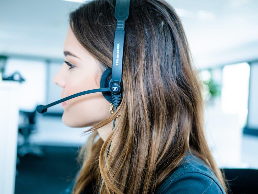 Een medewerker van contactcenter Quality contacts die webcare doet