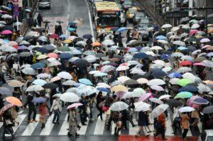 piekdrukte zorgt voor drukke wegen, mensen tijdens piekdrukte op weg naar klantenservice