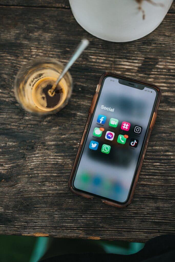Webcare voor social media on phone