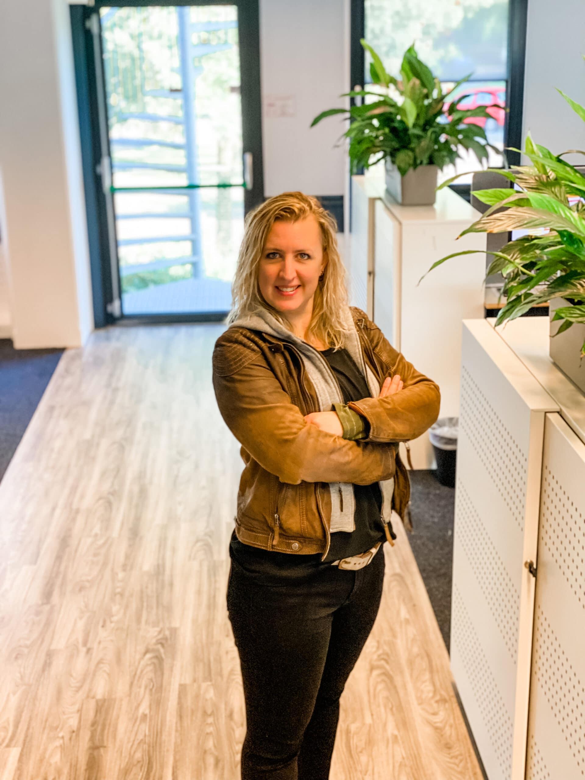 Annemarie Hoekstra marketeer bij Quality Contacts visual lachende vrouw