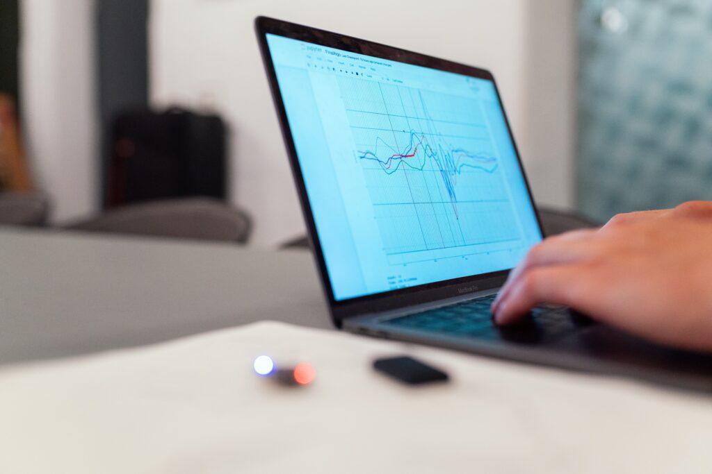 Visual bij uitbesteden klantenservice kostenbesparing, dip in grafiek met kosten